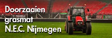 Doorzaaien grasmat N.E.C. Nijmegen