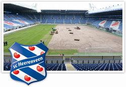 Groundsman Henk Schreuder is trots op de grasmat van SC Heerenveen.
